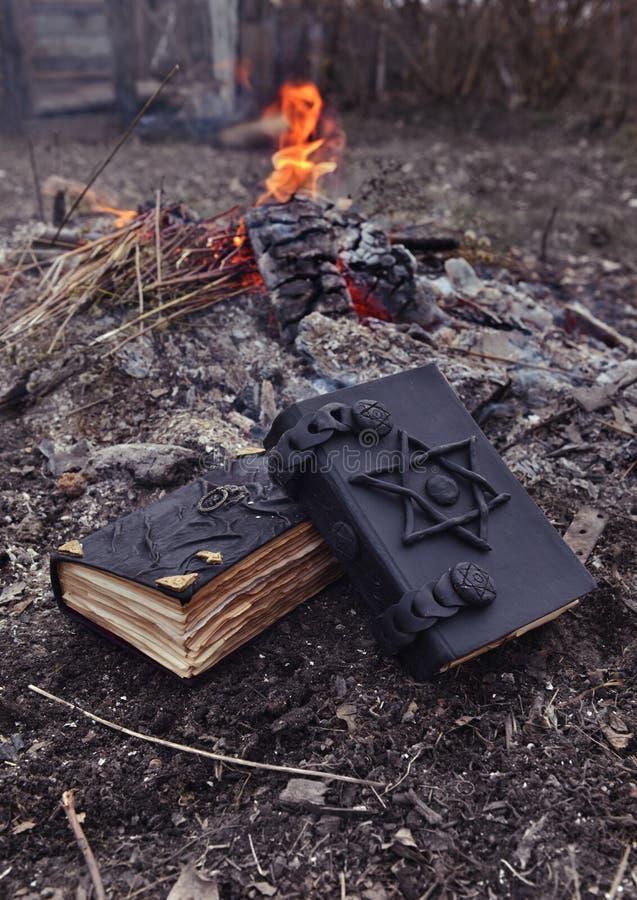 Δύο μαγικά βιβλία στην κατακόρυφο πυρκαγιάς στοκ φωτογραφία