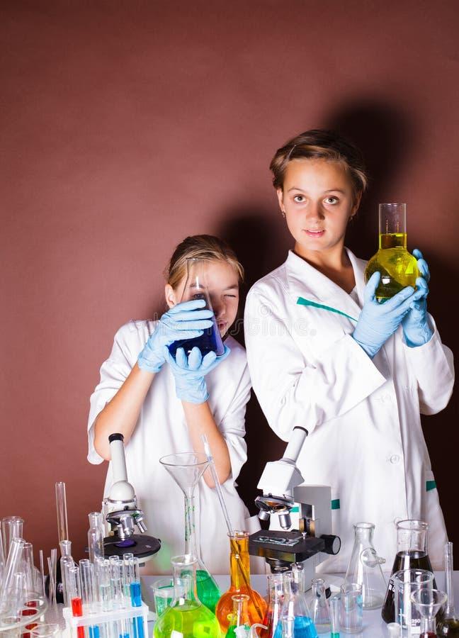 Δύο μαθητές στο μάθημα χημείας στοκ εικόνα με δικαίωμα ελεύθερης χρήσης