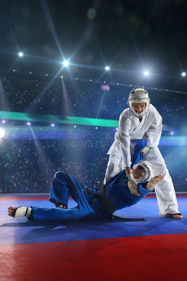Δύο μαχητές kudo παλεύουν στο μεγάλο χώρο στοκ φωτογραφίες