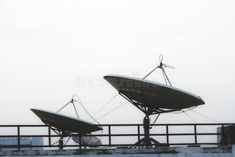 Δύο μεγάλα δορυφορικά πιάτα στην κορυφή του κτηρίου στοκ εικόνες