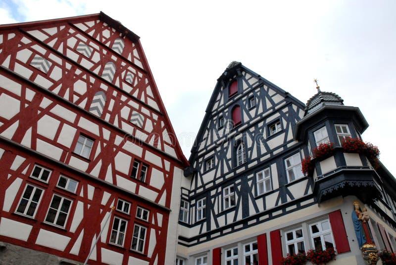 Δύο μεγάλα, όμορφα και ζωηρόχρωμα σπίτια στην πόλη Rothenburg στη Γερμανία στοκ εικόνες