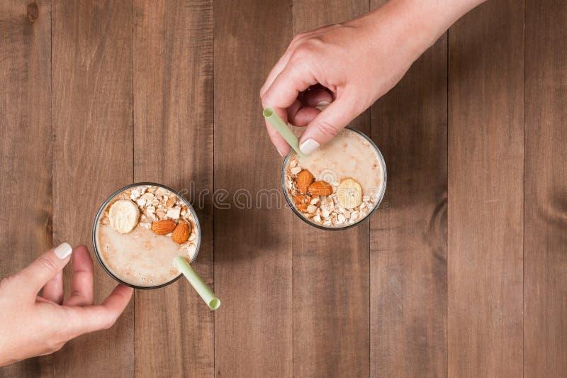 Δύο μερίδα των καταφερτζήδων μπανανών με τις νιφάδες βρωμών στοκ εικόνες