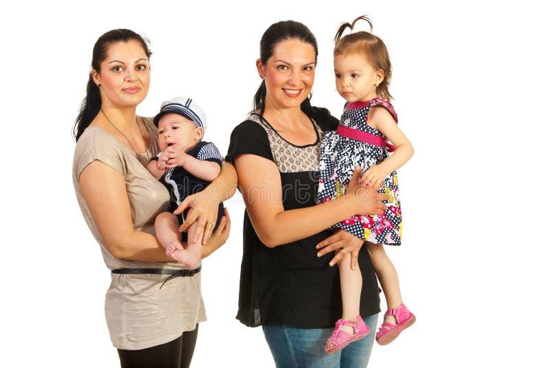 Δύο μητέρες με τα παιδιά στοκ φωτογραφία