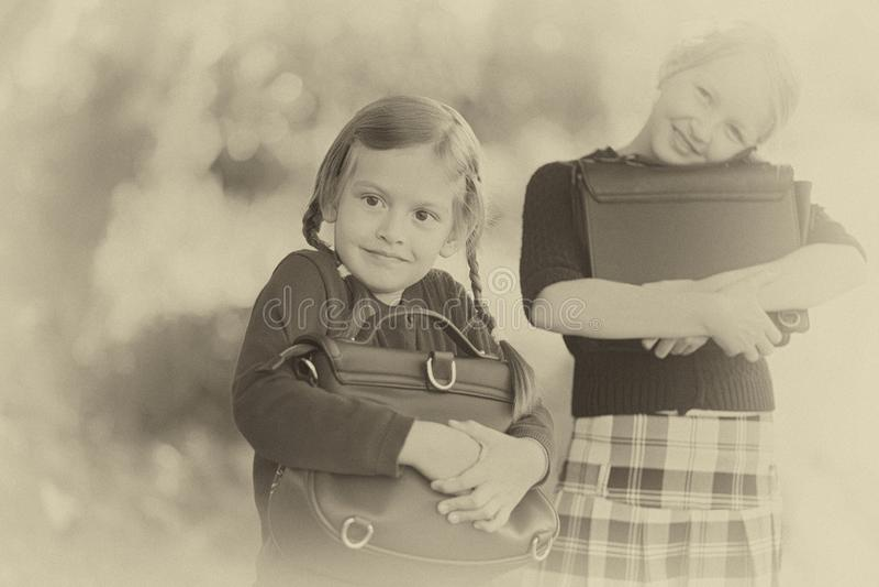 Δύο μικρά κορίτσια έτοιμα πίσω στη σχολική κινηματογράφηση σε πρώτο πλάνο, ημέρα φθινοπώρου στοκ εικόνες