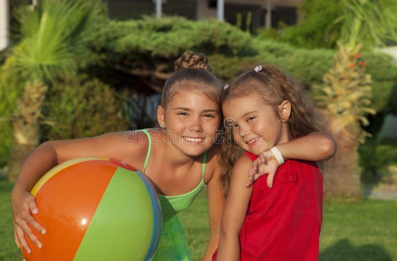 Δύο μικρά κορίτσια στοκ φωτογραφία με δικαίωμα ελεύθερης χρήσης