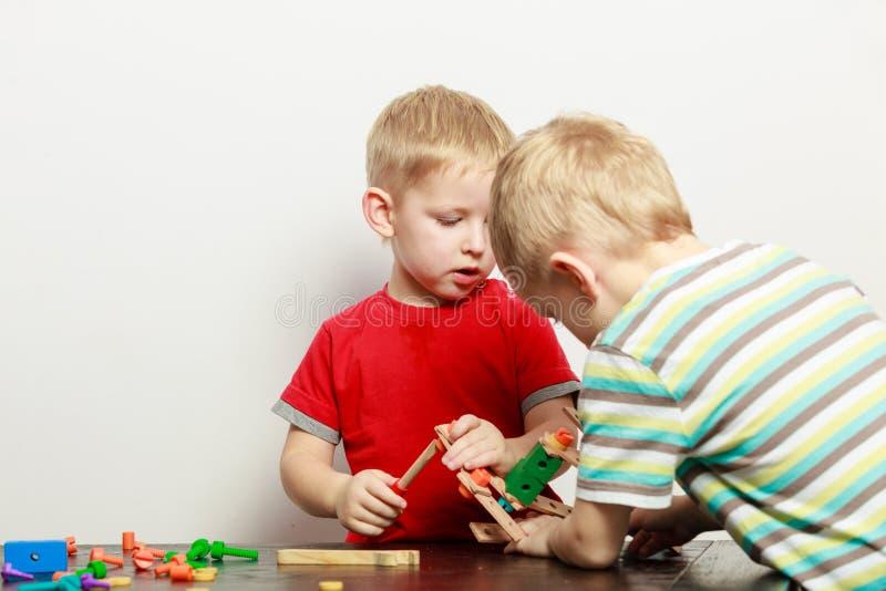 Δύο μικρά παιδιά που παίζουν με τα παιχνίδια που έχουν τη διασκέδαση στοκ εικόνες