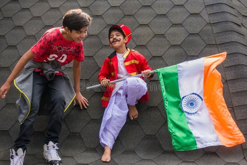Δύο μικρά παιδιά που παίζουν με την ινδική εθνική σημαία στοκ εικόνες με δικαίωμα ελεύθερης χρήσης