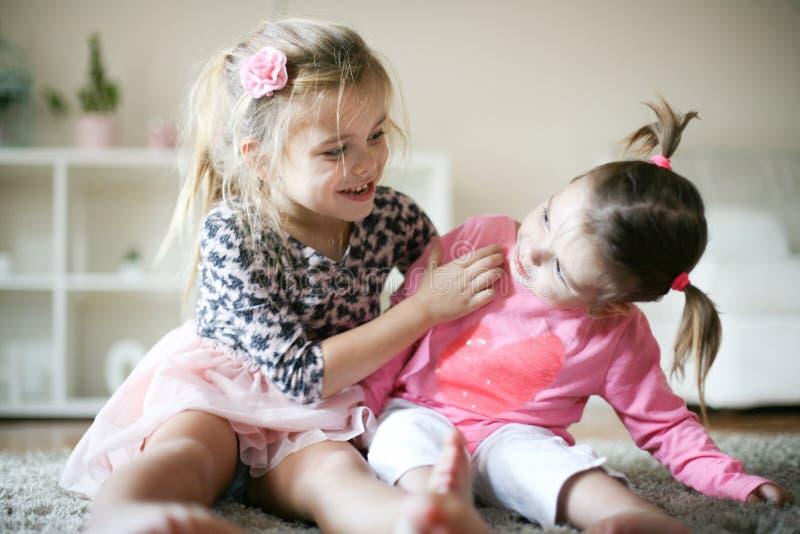 Δύο μικρές αδελφές στο σπίτι στοκ φωτογραφία