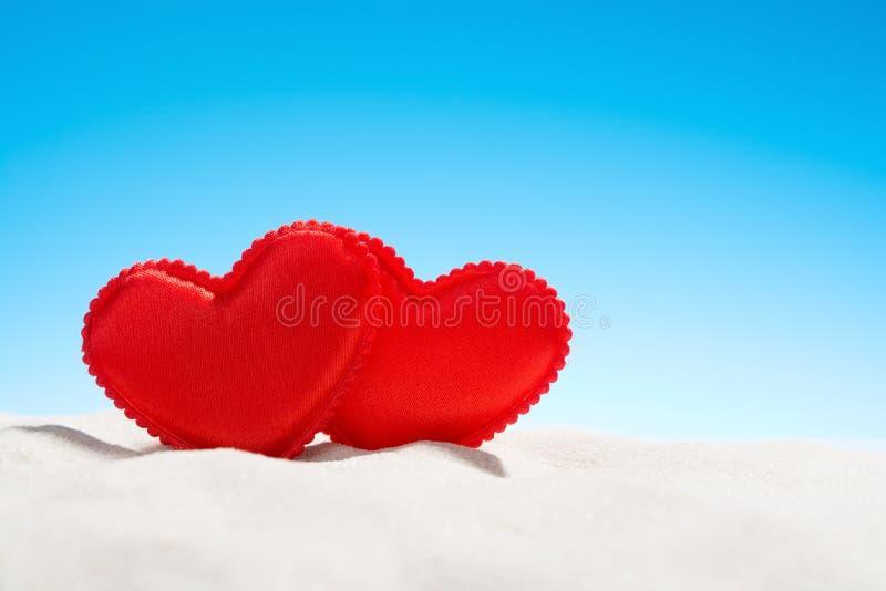 Δύο μικρές κόκκινες καρδιές στην παραλία στοκ φωτογραφία με δικαίωμα ελεύθερης χρήσης