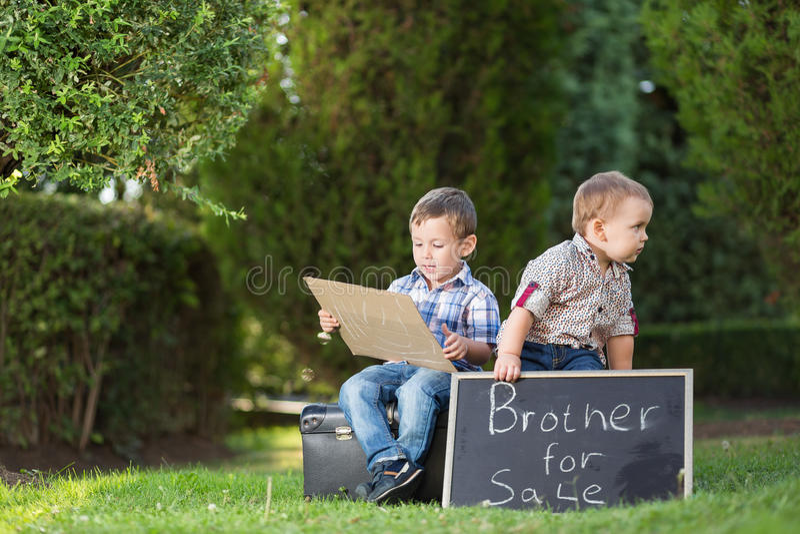Δύο μικροί αδελφοί στο πάρκο στοκ φωτογραφίες