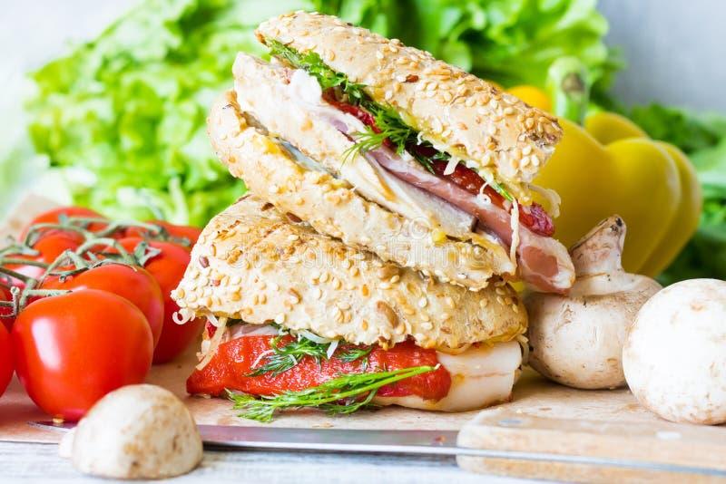 Δύο μισά ενός σάντουιτς με το κοτόπουλο στοκ φωτογραφίες με δικαίωμα ελεύθερης χρήσης