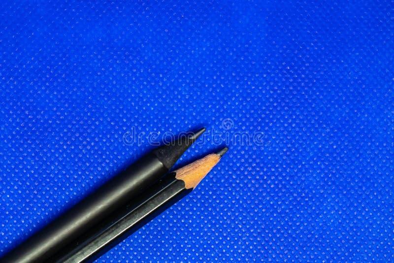 Δύο μολύβια στο μπλε υπόβαθρο στοκ φωτογραφία