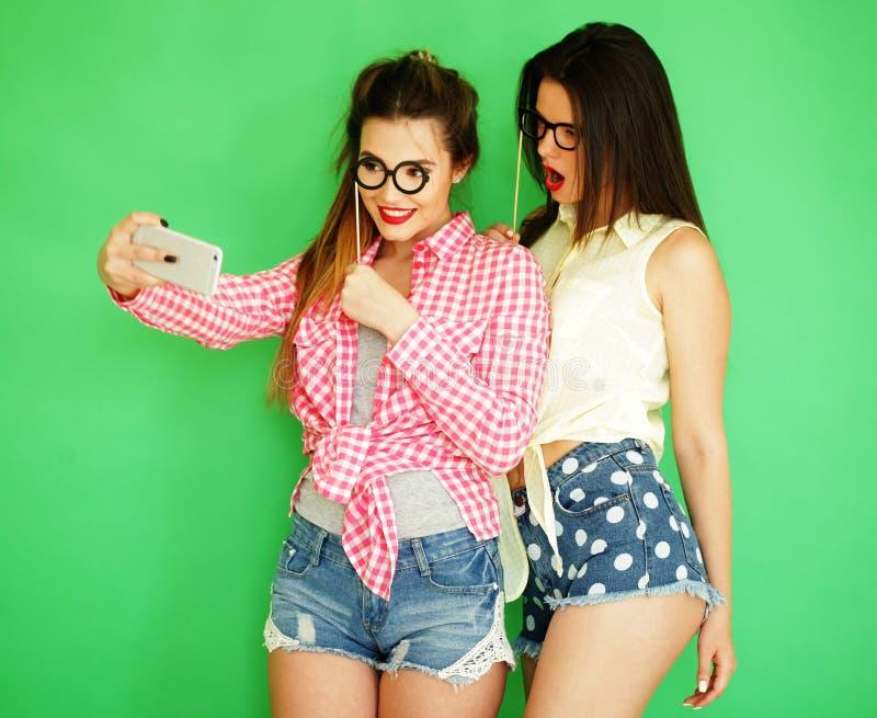 Δύο μοντέρνοι προκλητικοί καλύτεροι φίλοι κοριτσιών hipster έτοιμοι για το κόμμα στοκ εικόνα με δικαίωμα ελεύθερης χρήσης