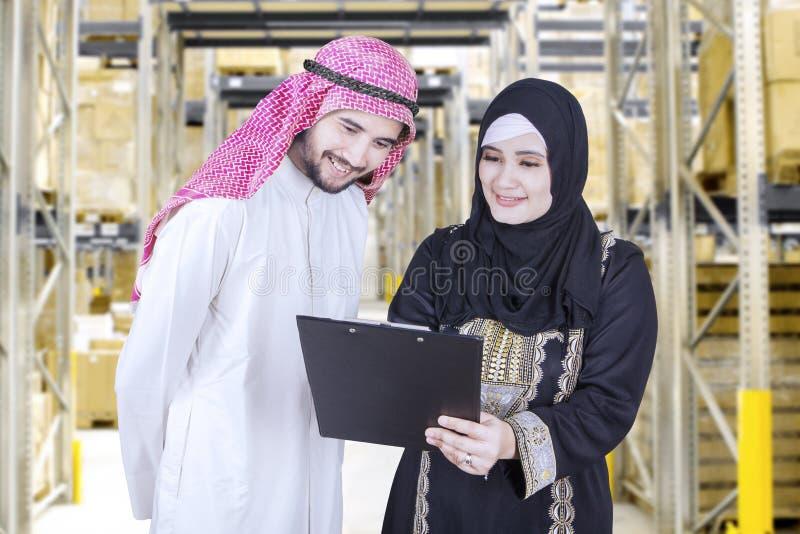 Δύο μουσουλμανικοί επιχειρηματίες συζητούν με την περιοχή αποκομμάτων στοκ φωτογραφίες