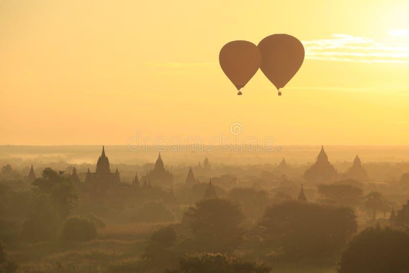 Δύο μπαλόνια που πετούν πέρα από την αρχαία πόλη Bagan, το Μιανμάρ στοκ φωτογραφία