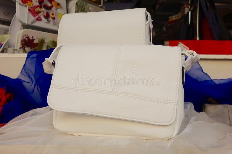 Δύο μπεζ τσάντες στοκ φωτογραφίες με δικαίωμα ελεύθερης χρήσης