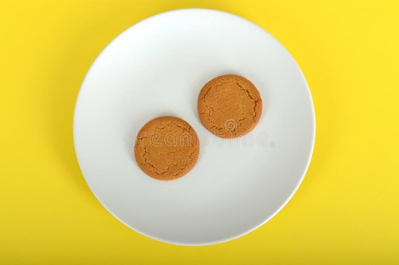 Δύο μπισκότα καρυδιών πιπεροριζών στοκ φωτογραφίες