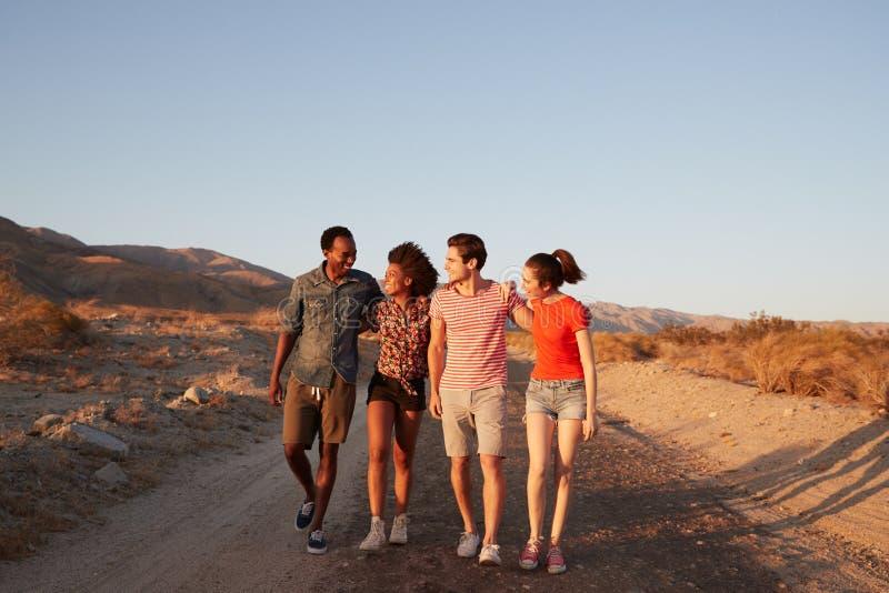 Δύο νέα ενήλικα ζεύγη που περπατούν σε έναν δρόμο ερήμων στοκ φωτογραφία με δικαίωμα ελεύθερης χρήσης