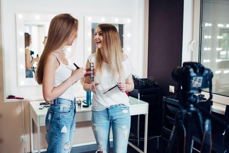 Δύο νέα θηλυκά bloggers που καταγράφουν makeup το σεμινάριο στη κάμερα στο κατάστημα ομορφιάς στοκ φωτογραφία με δικαίωμα ελεύθερης χρήσης