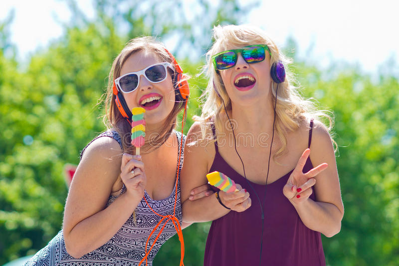 Δύο νέα κορίτσια με το παγωτό στοκ φωτογραφία με δικαίωμα ελεύθερης χρήσης