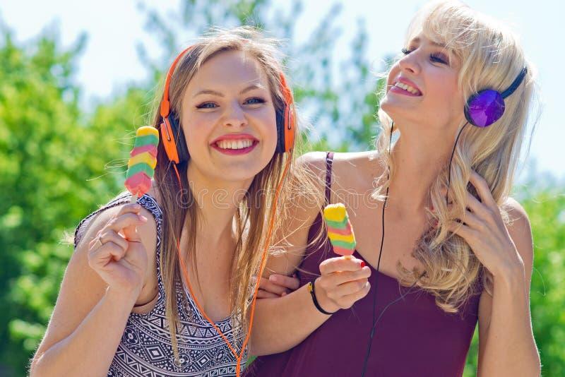 Δύο νέα κορίτσια με το παγωτό στοκ εικόνες