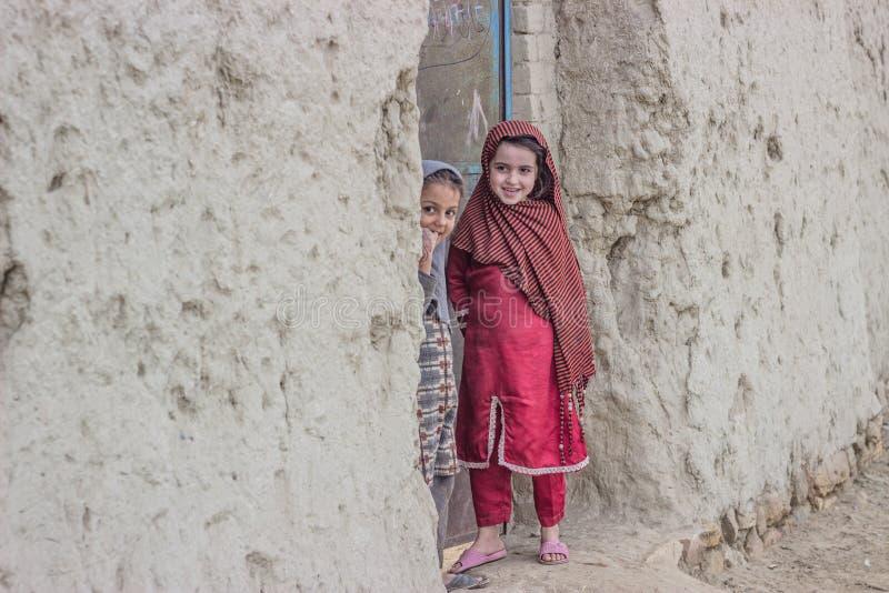 Δύο νέα κορίτσια πίσω από την εγχώρια πύλη στοκ εικόνες