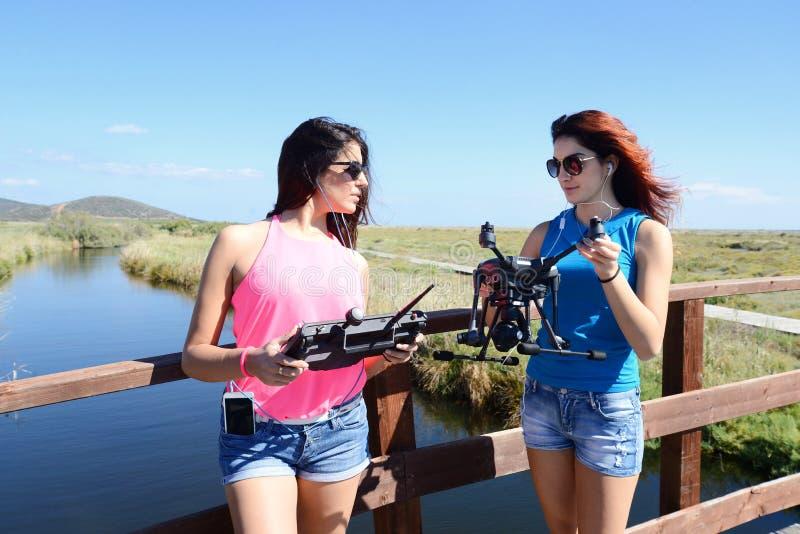Δύο νέα κορίτσια που προετοιμάζουν έναν κηφήνα στοκ φωτογραφίες με δικαίωμα ελεύθερης χρήσης