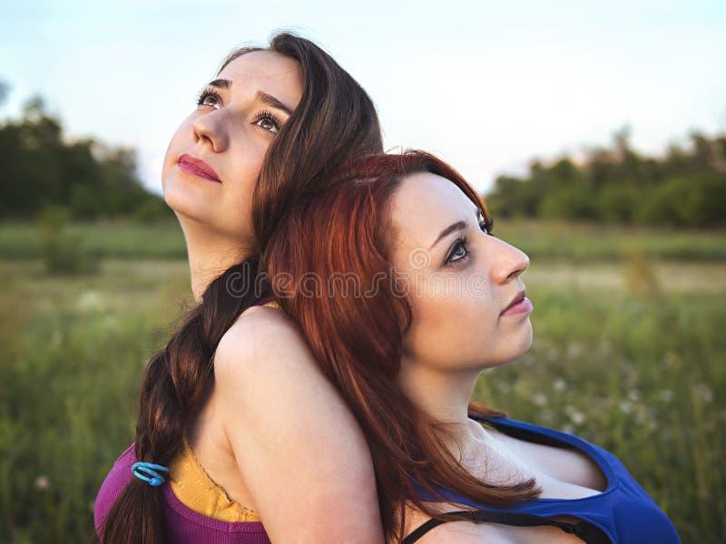Δύο νέα κορίτσια σε ένα υπόλοιπο υπαίθρια στοκ φωτογραφίες