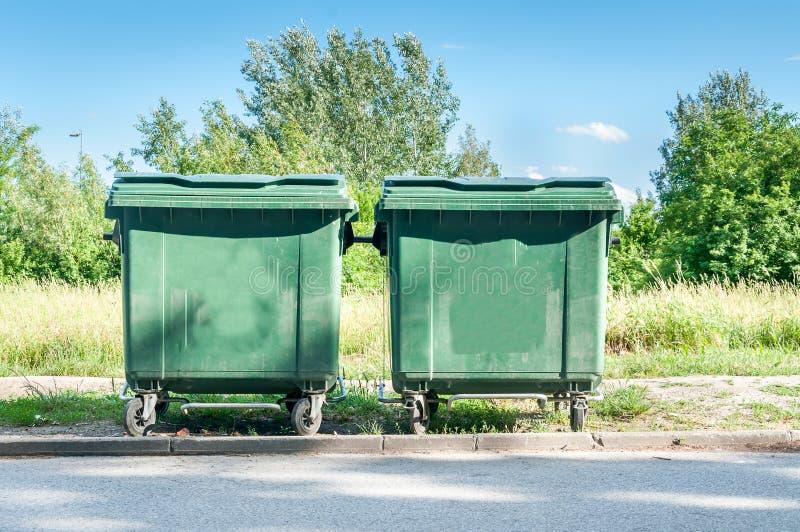 Δύο νέα πράσινα δοχεία απορριμάτων dumpster στην οδό στοκ εικόνες
