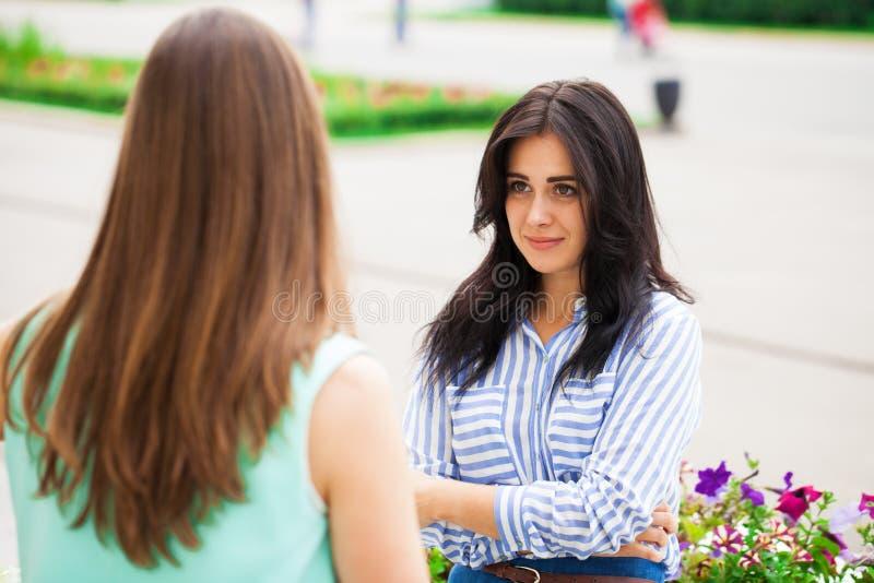 Δύο νέες γυναίκες που μιλούν ο ένας στον άλλο στοκ φωτογραφία με δικαίωμα ελεύθερης χρήσης