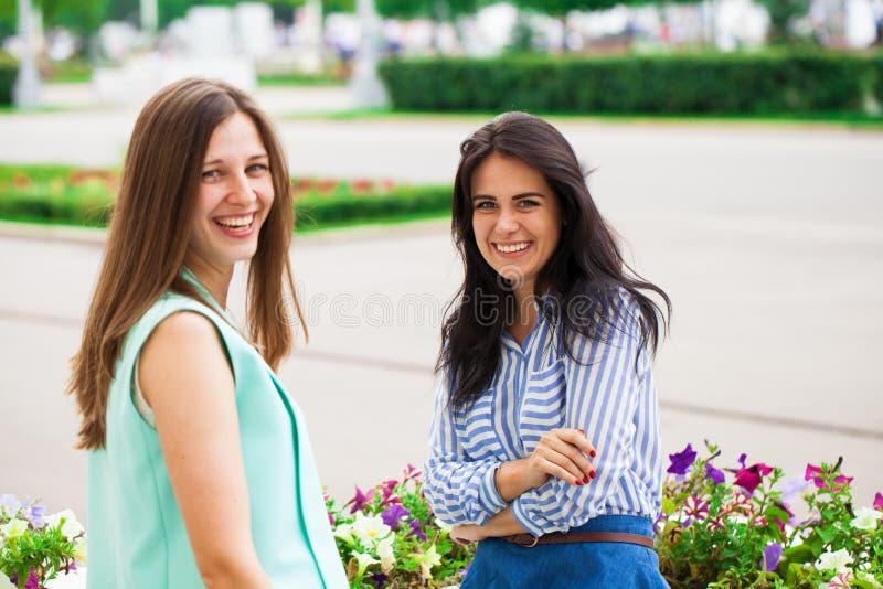 Δύο νέες γυναίκες που μιλούν ο ένας στον άλλο στοκ φωτογραφίες