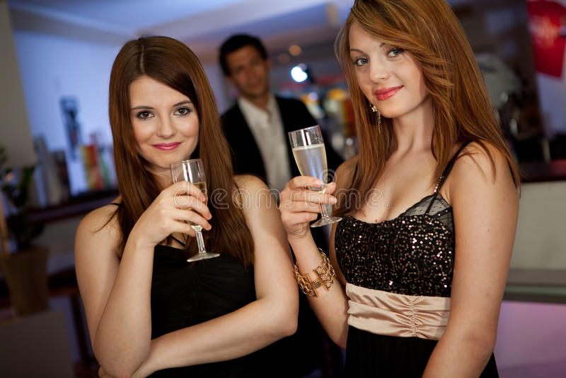 Δύο νέες γυναίκες που πίνουν chanpagne στοκ φωτογραφίες με δικαίωμα ελεύθερης χρήσης
