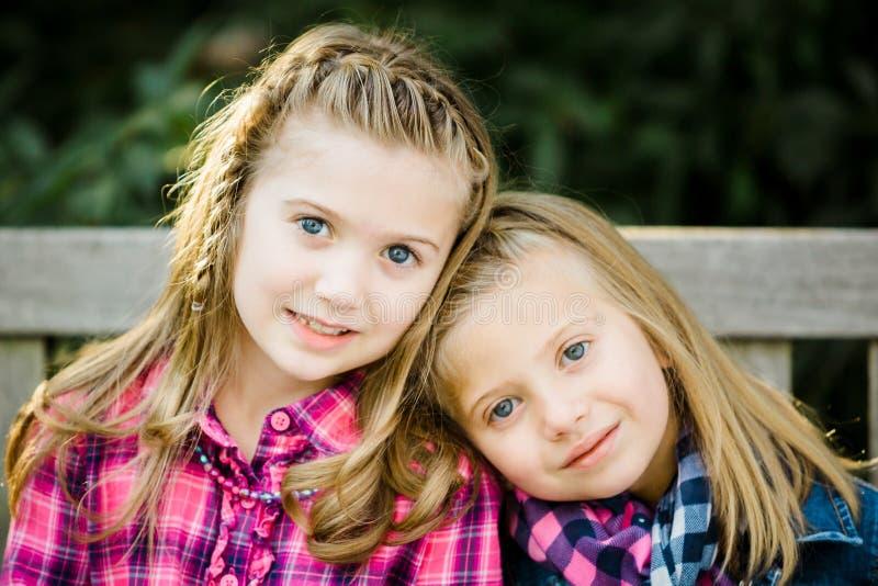 Δύο νέες καυκάσιες αδελφές στοκ φωτογραφία με δικαίωμα ελεύθερης χρήσης