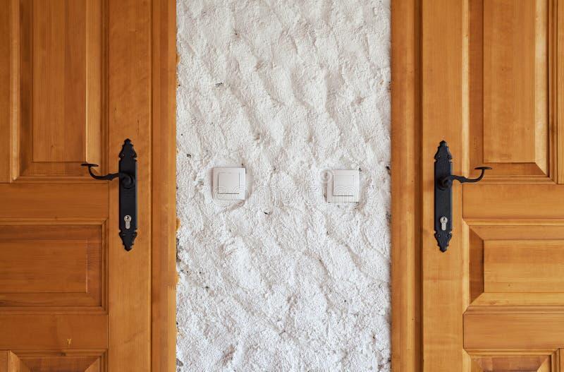 Δύο νέες ξύλινες πόρτες στοκ φωτογραφία