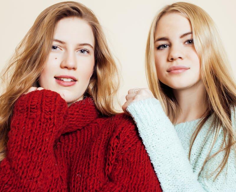 Δύο νέες φίλες στα χειμερινά πουλόβερ στο εσωτερικό που έχουν τη διασκέδαση lifestyle Οι ξανθοί φίλοι εφήβων κλείνουν επάνω στοκ εικόνες