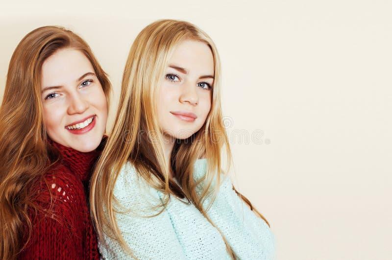 Δύο νέες φίλες στα χειμερινά πουλόβερ στο εσωτερικό που έχουν τη διασκέδαση Lif στοκ εικόνες με δικαίωμα ελεύθερης χρήσης