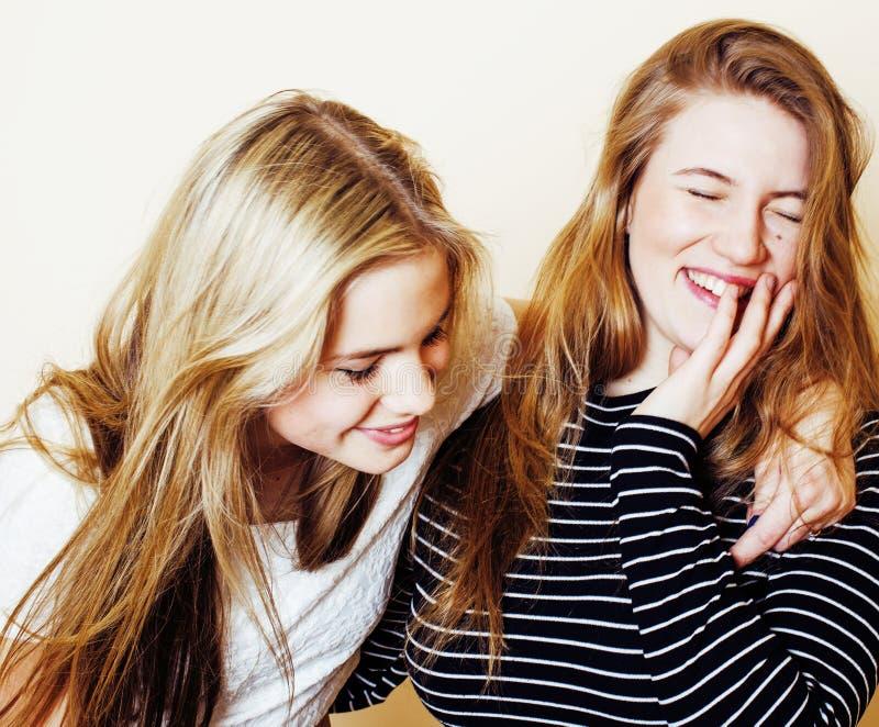 Δύο νέες φίλες στο εσωτερικό που έχουν τη διασκέδαση lifestyle ξανθός έφηβος στοκ εικόνες με δικαίωμα ελεύθερης χρήσης