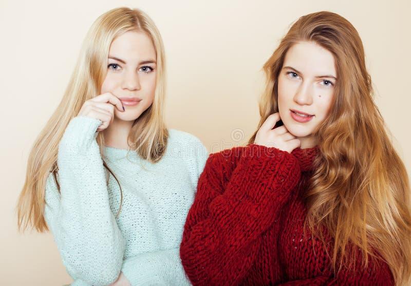 Δύο νέες φίλες στα χειμερινά πουλόβερ στο εσωτερικό που έχουν τη διασκέδαση lifestyle Οι ξανθοί φίλοι εφήβων κλείνουν επάνω στοκ φωτογραφίες