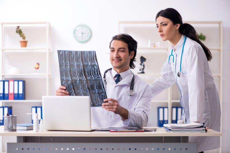 Δύο νέοι γιατροί που εργάζονται στην κλινική στοκ εικόνα με δικαίωμα ελεύθερης χρήσης