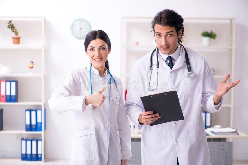 Δύο νέοι γιατροί που εργάζονται στην κλινική στοκ φωτογραφίες