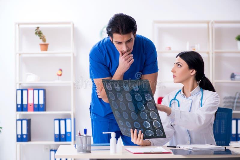 Δύο νέοι γιατροί που εργάζονται στην κλινική στοκ φωτογραφία με δικαίωμα ελεύθερης χρήσης