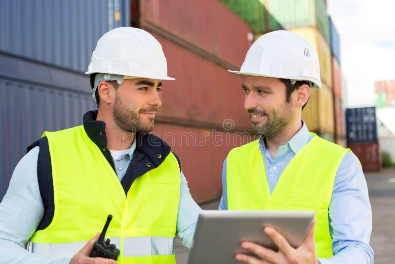 Δύο νέοι dockers attractives που εργάζονται στην αποβάθρα στοκ φωτογραφία με δικαίωμα ελεύθερης χρήσης