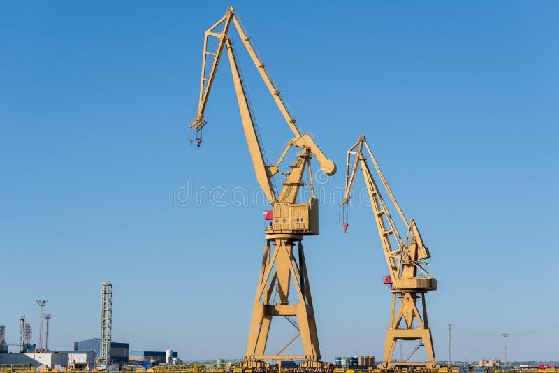 Δύο ναυτικοί γερανοί στο λιμένα στοκ εικόνα με δικαίωμα ελεύθερης χρήσης