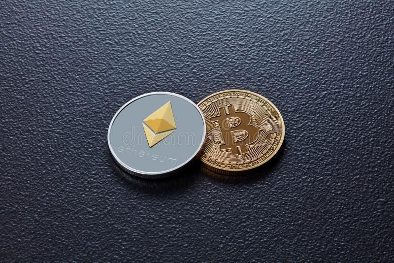 Δύο νομίσματα crypto του νομίσματος ETH, BTC σε ένα μαύρο συγκεκριμένο υπόβαθρο Έννοια επιχειρήσεων, χρηματοδότησης και τεχνολογί στοκ εικόνα με δικαίωμα ελεύθερης χρήσης