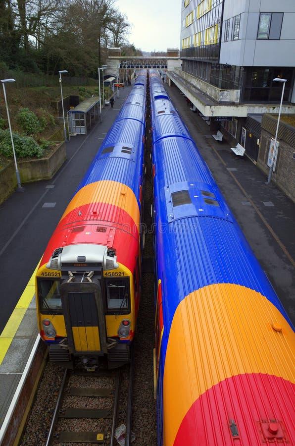 Δύο νοτιοδυτικά τραίνα σιδηροδρόμων στο σταθμό Bracknell στην Αγγλία στοκ φωτογραφίες