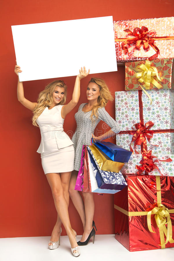 Δύο ξανθές γυναίκες με την αφθονία των δώρων στοκ φωτογραφία