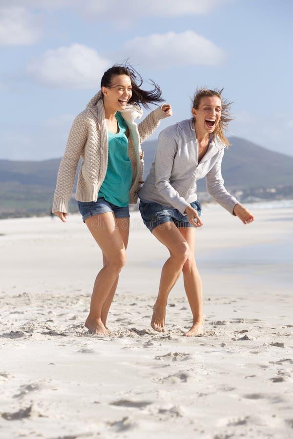 Δύο ξυπόλυτες φίλες που γελούν στην παραλία στοκ φωτογραφίες με δικαίωμα ελεύθερης χρήσης
