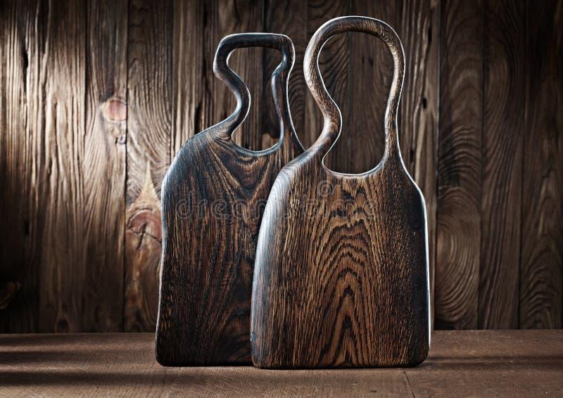 Δύο ξύλινες σανίδες κοπής βελανιδιάς σε ξύλινο φόντο στοκ φωτογραφία