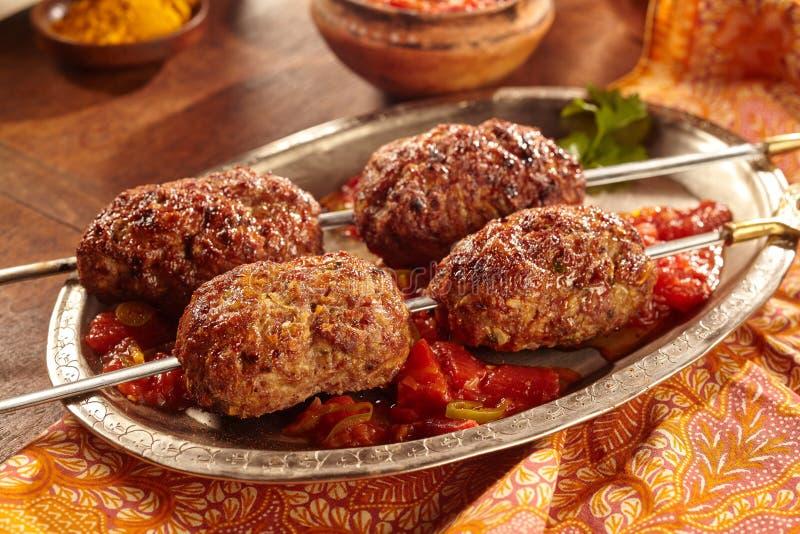 Δύο οβελίδια του μαγειρευμένου κρέατος στο ασημένιο πιάτο στοκ φωτογραφία
