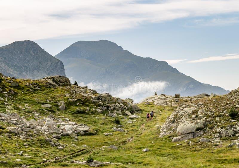Δύο οδοιπόροι ακολουθούν μια πορεία στα βουνά στοκ φωτογραφία με δικαίωμα ελεύθερης χρήσης
